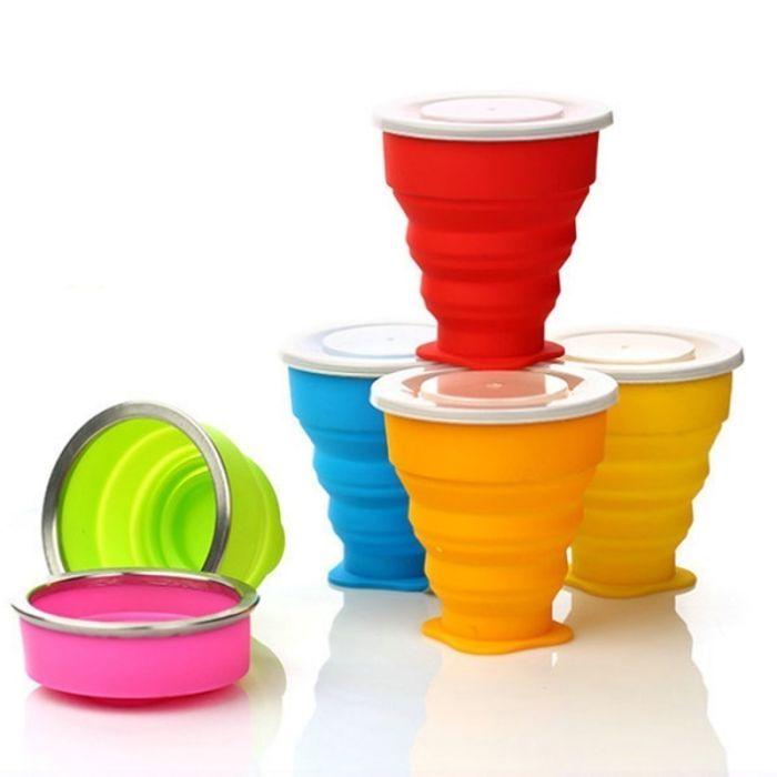 Sammenleggbar kopp/krus av silikon med plastlokk og bæresnor.