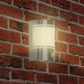 Monter vegglampen i hagen eller på balkongen for belysningen om kvelden eller automatisk lys når du kommer hjem.